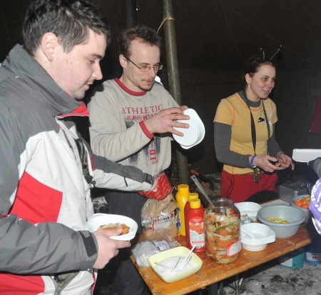 Záběr ze stanu: Zkoumák, Kail a Síma jako mediální hvězdy. Převzatá fotka z Chomutovského deníku, autor M.Rada