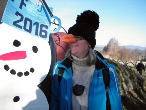 Trpa vedle vítězného sněhuláka na Kočičáku.